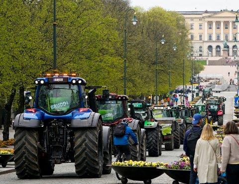 Traktorer fra hele landet har kjørt inn til Oslo sentrum der bondeorganisasjonene demonstrerer i forbindelse med årets jordbruksoppgjør.   Foto: Lise Åserud / NTB