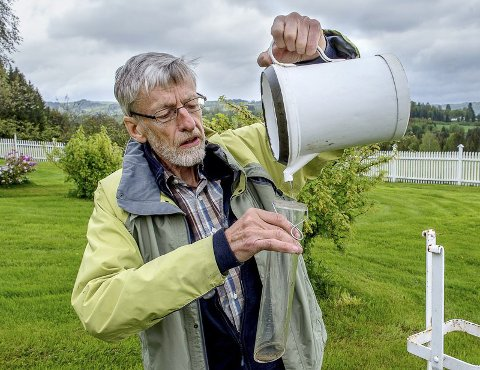TOPP 5: – Det regnet mer for fire år siden, men det er en grunn for at vi ikke husker det så godt, sier Magne Gullord på Biri. Han noterer daglige nedbørsmengder og rapporterer til Meteorologisk Institutt.