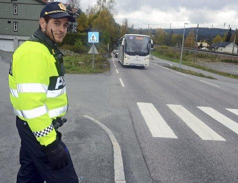 Kontroll: Politiet varsler flere kontroller på Grua mens riksveg 4 er stengt. Politistudent Jonas Lunde har praksis ved Gran og Lunner lensmannskontor, og sjekket forholdene før helga.