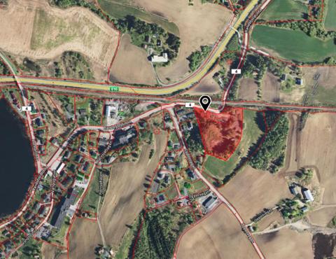 MERKET MED RØDT: Den 15 mål store tomta er merket med rødt på kartet. Til venstre skimtes Kalvsjøtjernet og Lunner omsorgssenter (LOS).