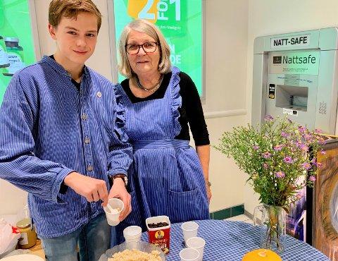BYGDEDAME-VIKAR: Rett antrukket i hadelandbusserull stilte Einar (14) med glede opp for mormor Bitten Nesbakken da hun trengte en vikar for Reidun Helmenbakken.