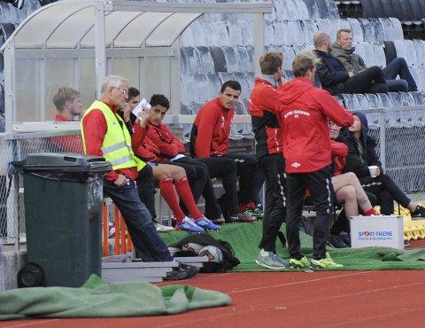 Uvanlig plass: Dardan Sæter-Mehmeti inntok en uvanlig plass på banken i mandagens oppgjør mot Odd 2 på Halden stadion.alle foto: kristian bjørneby