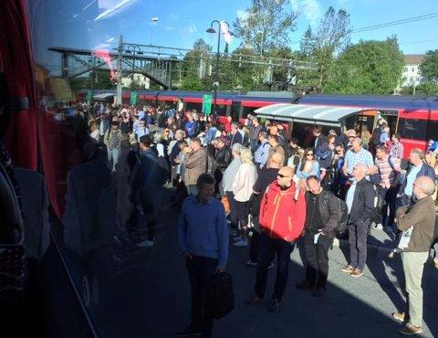 IKKE PLASS: Nesten 500 passasjerer måtte trenge seg sammen på et tog som hadde plass til halvparten. Og mange måtte stå igjen da bussene gikk fra Vestby mandag morgen.