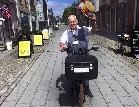 JUBILANT: Karsten Wiig i kjent positur midt i byen han er glad i. Den uhøytidelige og alltid smilende vaktmester'n er stadig på farten og har en arbeidsglede som mange kan misunne han. I dag fyller han 60 år.