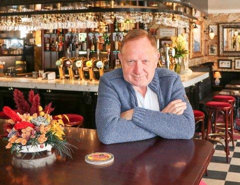 ALENE: Arvid Stueland er innom puben fra tid til annen, men holder helt stengt. Han beskriver et tøft år hvor han knapt har tatt ut lønn.