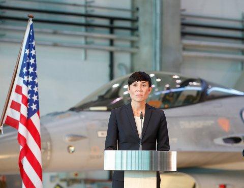 Forsvarsminister Ine Eriksen Søreide sier dette er et amerikansk initiativ. Her fra pressekonferansen med den amerikanske forsvarsministeren Ashton Carter på Gardermoen militære flyplass i begynnelsen av september.