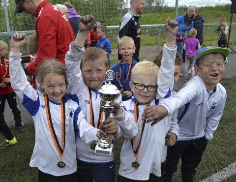 HURRA: Gabriella Kjelling (7, fra venstre), Alexander Fløgstad (8), Leo Sandén (7), Jon Holmgren (7) og Martin Esbensen (7) fra Polarstjernens mygglag viser stolt fram pokalen.Foto: Kristina Bøland