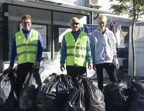 Dugnad: John-Kåre Olsen (t.v.), Dag Helmer Mathisen og Kristian Tobias Randa med halvparten av morgenens fylte søppelsekker. alle foto: Daniel Jenssen