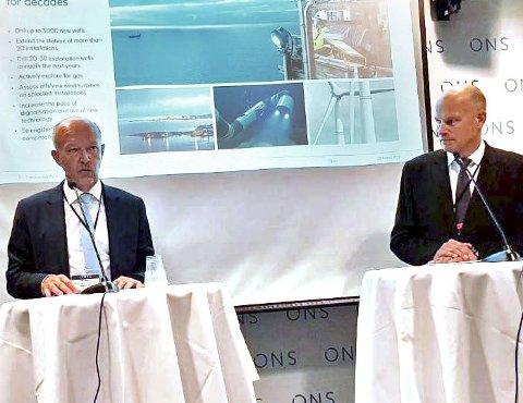 NY STRATEGI: Letedirektør Tim Dodson t.v. og konserndirektør for utvikling, Arne Sigve Nylund i Equinor.