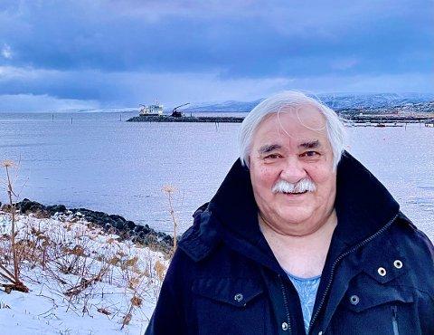FØLGER MED: Pensjonist Terje Johansen er full av lovord om havneprosjektene i hjembygda Gamvik. Selv jobbet han noe på Langskjærmoloen på 1970-tallet, som etter omfattende renovering framstår som en toppmoderne molo.