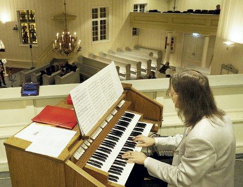 IKKE SLIK: Om halvannet års tid vil trolig denne orgelløsningen i Holmestrand kirke være en saga blott. Aare-Paul Lattik bak tangentene .arkivfoto