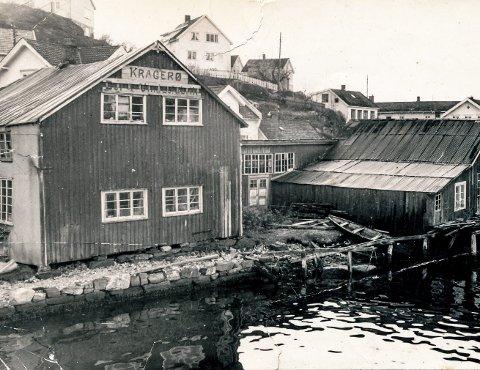Eikelands møbelfabrikk på Øya: Det var en solid bedrift som Jacob Eikeland drev på Øya. Eikeland startet opp bedriften Kragerø Møbel- og Trevarefabrikk på Øya i 1929. Dette til tross for meget vanskelige tider. Etter krigen økte etterspørselen etter møbler, og ikke minst vinduer, på grunn av økt boligbygging i Kragerø. Bedriften hadde også eksport til grenlandsdistriktet. I 1955 hadde bedriften på Øya sju ansatte. Dette bildet er på 1960-tallet. I 1962 ble bygningene solgt til Arne Thorsdal.