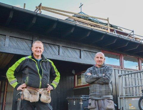 KLASSEKAMERATAR: Alf Jarle Langeland (t.v.) og Helge Furdal (t.h.) er jamngamle og tidlegare klassekameratar. No er dei kollegaer innan bygg og vedlikehald i Kyrkja i Kvinnherad.