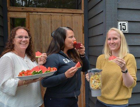 NYTT TILBOD: Utdeling av smoothiar til rusavhengige kan hindra overdosedødsfall, fortel Marian Ripel (t.v.), Tanja Eikemo (midten) og Rachel-Elise Erlingsson (t.h.).
