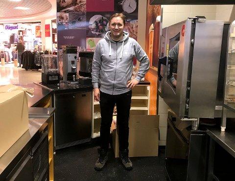 """Henrik Martinsen Høyer, daglig leder på Møtepunktet Cafe, klargjør i disse dager """"Lille Møtepunktet"""" i de tidligere lokalene til La Baguette på Stortorvet."""