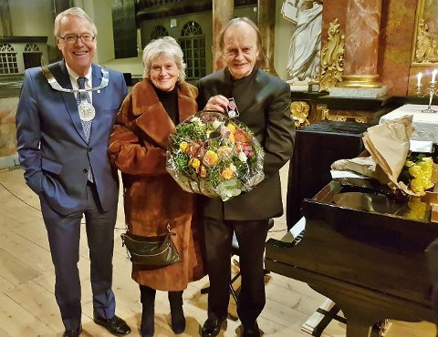 FIKK MEDALJE: En stolt Anne Marie Ottersen og Håkon Austbø tok imot Kongsberg fortjenestemedalje under Håkon Austbøs jubileumskonsert i Kongsberg kirke søndag.