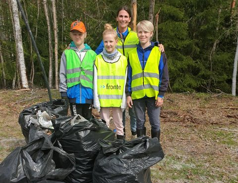 MYE SØPPEL: På bare én kilometer langs veien, plukket  Jørgen Lindteigen Hegna (t.v.), Anne Lindteigen Hegna, Ole André Aasen og Ingvild Lofthus (bak) over åtte sekker med søppel.