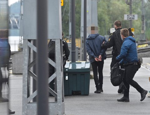 PÅGREPET: Mannen som fraktet våpen fra Kongsberg til Oslo/Drammen Stasjon mandag kveld ble raskt pågrepet av politiet. Våpenet viste seg å være et ufunksjonelt tjenestevåpen fra Heimevernet.