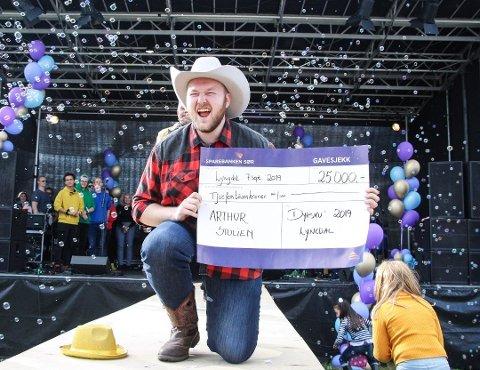 EN VINNER: Arthur Olesønn Stulien er en vinner. Her fra lokal stjernekamp på Dyrskuet i Lynbgdal, der publikum kåret hanm til vinner.