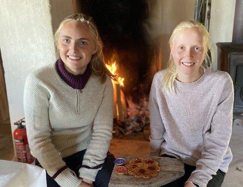 Mathilde (17) og Marthe (13) Sørbu er søskenbarn, og jobber sammen på setra to uker hver sommer. Det er en ålreit måte å tilbringe deler av sommerferien.