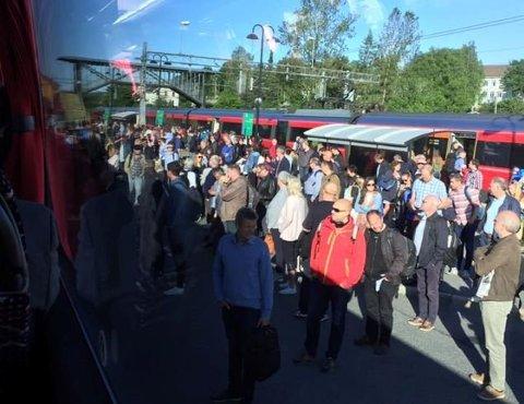 Ikke plass: Mange måtte mange stå igjen i Vestby fordi bussene som erstattet toget, var fulle, forteller en reisende.