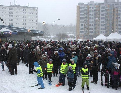 MYE FOLK: Flere hundre møtte opp på Bøler stasjon søndag formiddag for å uttrykke glede over at nå  er det slutt på buss-for-bane.
