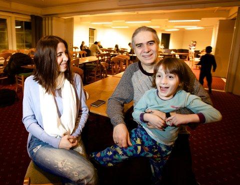 I går kunne den syriske familien smile etter meldingen om at 4800 av de som kom over Storskog nå vil få søknadene sine realitetsbehandlet. Fra v. Rana Shora, Mamer Abaza og den 5 år gamle sønnen Danny. Foto: Ola Solvang