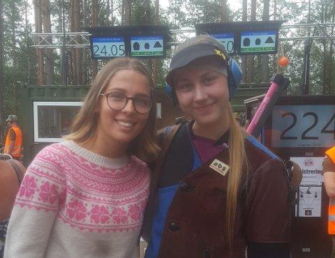 SKYTTERPRINSESSE: Torinn Håkstad (til høyre) ble Norges raskeste junior på felthurtig med en runde på 9,67 sekunder. Med det var hun fem hundredels sekunder foran Ronja Hammervoll (til venstre) fra Eidsbygda & Eidsør, som tok juniorsølvet.