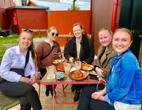 FEIRER FERIESTART UTE: Fra venstre: Karine Lovise Strand (22), Iris Bondø (26), Lene Marita Steinvik (26), Julie Susann Sindsen Thomassen (23) og Ane Sofie Melhus Fossland (23) feirer feriestart ved uteserveringa til Vervet Bakeri.
