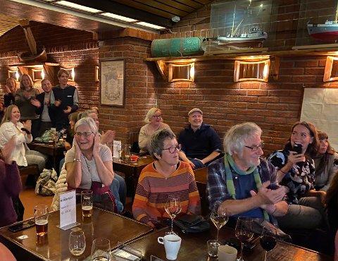 JUBEL: Stor glede på SVs valgvake på Ølhallen da prognosene viste stemning for regjeringsskifte. Torgeir Knag Fylkesnes' foreldre Knut Fylkesnes og Torill Knag midt i bildet.