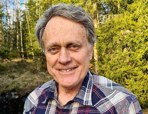 PÅ SIDELINJEN: – Vi blir ikke invitert inn i debatten før alt er avgjort, klager Helge Thomassen, som representerer fra Pensjonistpartiet på fylkestinget.