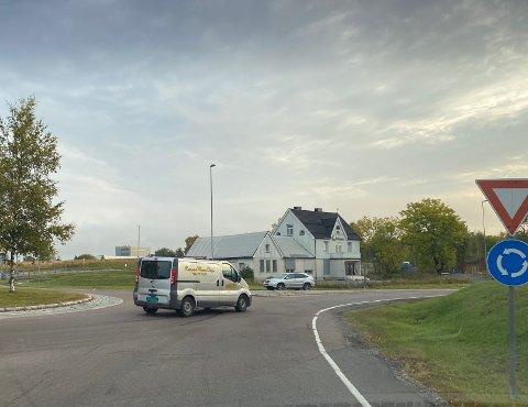 NESTEN TOMT: Ikke den store rushtrafikken i Holstad-krysset i halv ni-tiden mandag.