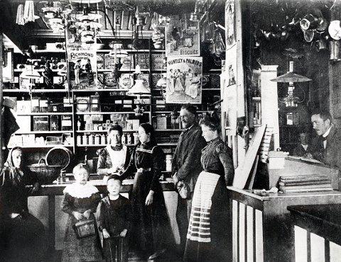 Glimt inn i Emil Ohlsens kolonial i Storgata i Stavern, overtatt av Arent Annæus Schøning i 1902. Bildet er tatt i 1892.