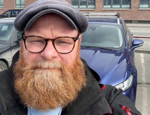 LØSTE MYSTERIET: Svein Grandalen oppdaget at bilen var bulket. Skadevolderen stakk uten å si fra.