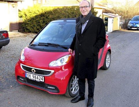 KORTREIST: For en grønn sosialantropolog som Thomas Hylland Eriksen, er det helt naturlig å kjøre el- bil, at den er liten, og at den er gammel. Professoren kjørte Øyenes utsendte til Majorstuen etter samtalen, og turen var godt innenfor de ti milene Eriksens røde Smart har som rekkevidde. FOTO: SVEN OTTO RØMCKE