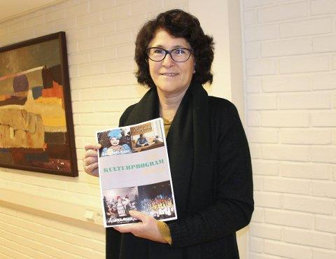 Nytt program: Kultursjef Grethe Torstensen viser forsiden til vårens kulturprogram fra Rakkestad kommune. Foto: Beate Sloreby