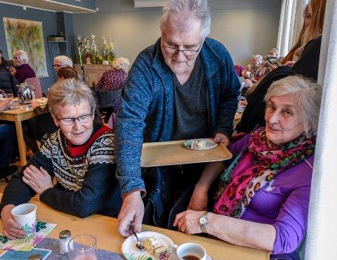 Stein Hovind serverte kaffe og kaker til de fremmøtte. Mo aktivitetshus ble åpnet av varaordfører Linda Eide. Styrer ved Mo Bo og Servicesenter, Hege Mørk var fornøyd med fullt hus til kaffe, kaker og underholdning.
