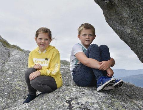 Ny tur: Isak Slette (8) og Leah Elise Slette (9) gikk Til Topps-tur til Himmelbærsteinen forrige søndag. Nå er det klart for årets siste tur.