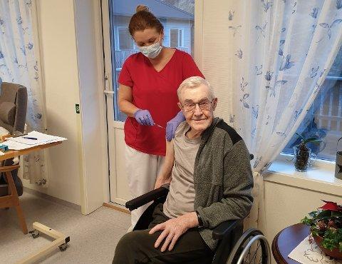 Helsesykepleier Ingvild Vestgøte Telnes setter Rødøys første koronavaksine på Tor Myrvoll.