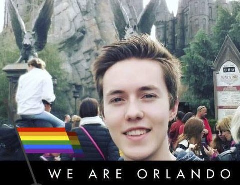Lars-Erik Hansen (19) har i likhet med mange andre endret sitt profilbilde på Facebook, for å vise støtte.