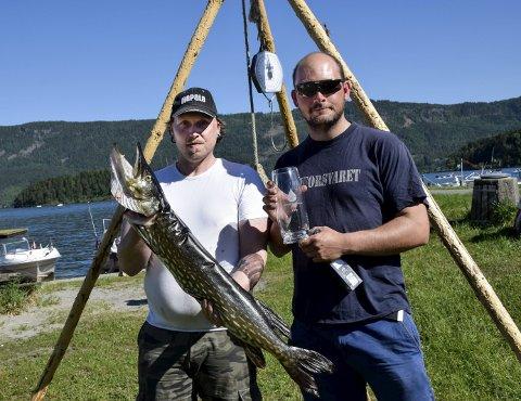 Med denne gjedda på 6 kilo stakk Thor André Wisløff (til venstre) og Martin Bjørnstad av med premien for største fisk under Gjeddefestivalen 2016. På laget var også Lasse Karlsmoen. I helgen er det ny gjeddefestival på Vik.