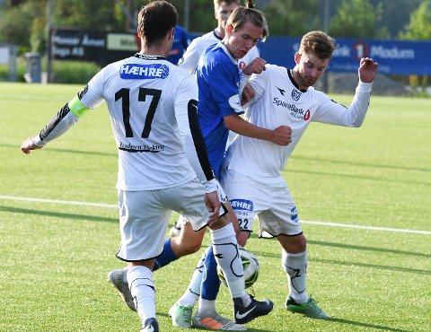 Duell: Brede Bekken og Dennis Zhilivoda (17) i duell med en Huringen-spiller.