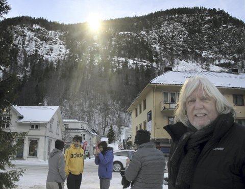 SOLGLEDE: Det er ikke bare verdensarvkoordinator Øystein Haugan som blir glad av solspeilsola. Om et års tid bør det feires med 5-årsjubileum, mener han.