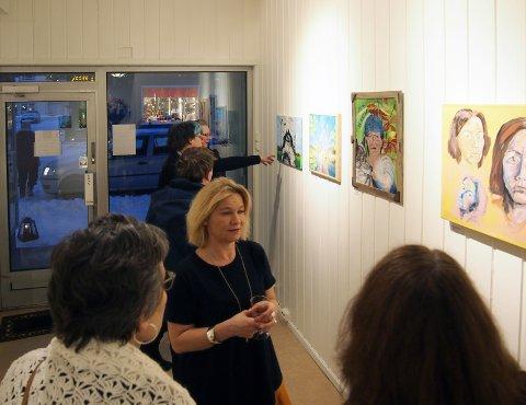 Deltakere og besøkende på galleriet.
