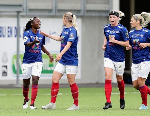 TRE MÅL PÅ 11 MINUTTER: Ajara Njoya scoret hattrick og sendte Vålerenga til cupfinale i fotball.