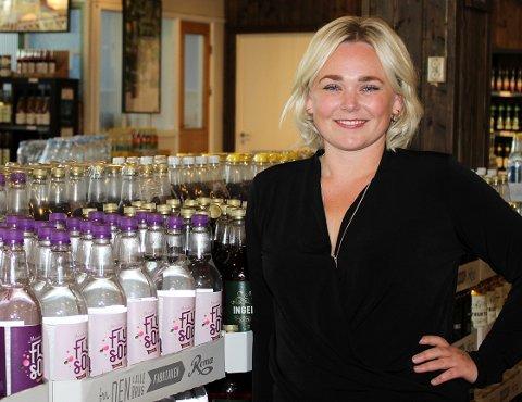 GLAD FOR GJENNOMSLAG: Salgs- og markedssjef Katrine Bergersen Klemp i Roma Mineralvannfabrikk mener avgiftskuttene er gode nyheter for både mat- og drikkeindustrien, forbrukerne og lokale kjøpmenn.