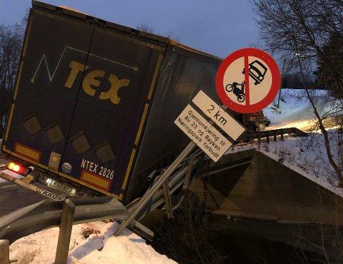 INGEN RESPEKT:Skiltet ved innkjøringen til Follestadveien viser tydelig at sjåføren er på ville veier.