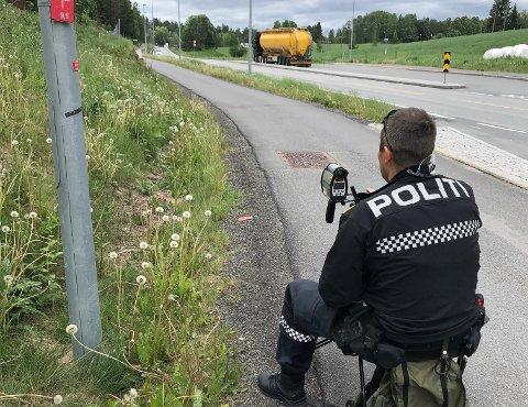 BARE TRE BØTELAGT: Tre førere fikk forenklede forelegg for å ha kjørt for fort, og tre fikk bøter for feil bruk av lys under politiet kontroll på Røykenveien mellom Asker og Heggedal søndag.