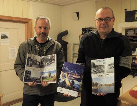 UTGIR SANDEMINNER:  Forfatter av Sandeminner 2020 Espen Stenbrenden (til venstre) og leder av Sande Historielag Ingar Haugerud.