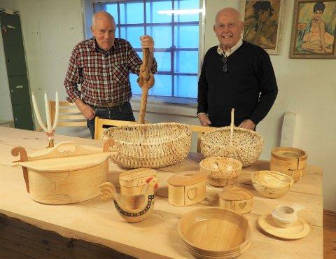 HOBBYSNEKKERE:  Jørg Nordås (til venstre) og Herman Bullen holder gamle tradisjoner vedlike.